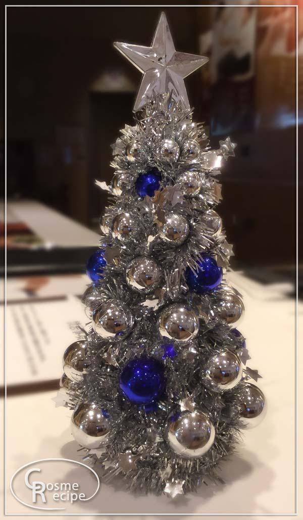 銀と紺色配色のクリスマスツリー