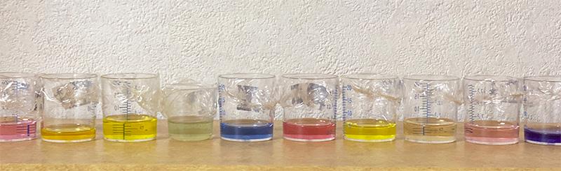 少量のリキッドソープを数種の天然素材で着色し退色実験をする